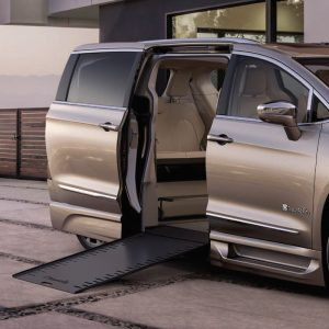 Plancher abaissé Chrysler Braun entrée latérale pleine conversion motorisé